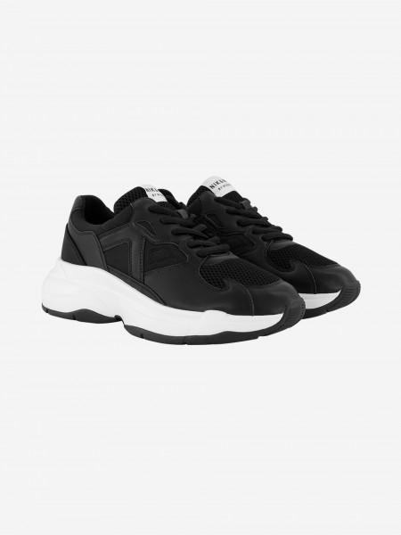 Zwarte sneaker met witte zool